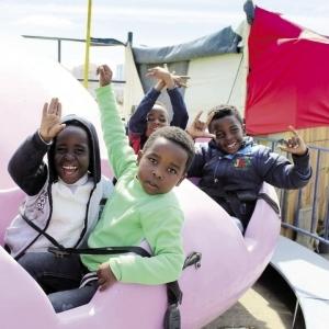 في حب الأفارقة: عروض فنية ومسابقات و«ملاهي» لدعم الأطفال اللاجئين