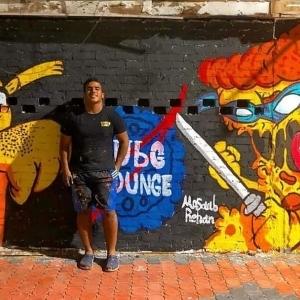 «مصعب» يحول الحوائط القديمة إلى لوحات فنية: بعمل طاقة إيجابية للناس