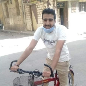 «ممدوح» بدأ مشروعه لتوصيل الطلبات للبيوت بدراجة إيجار: وصلت 800 عميل