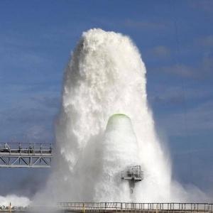 """إطلاق نافورة """"ناسا"""" الفضائية بقوة نصف مليون جالون من الماء في دقيقة"""