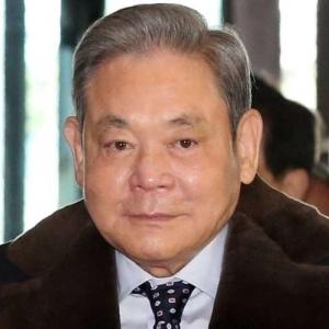 """دخل غيبوبة منذ 2014.. تعرف على """"لي كون هي"""" رئيس """"سامسونج"""" الراحل"""