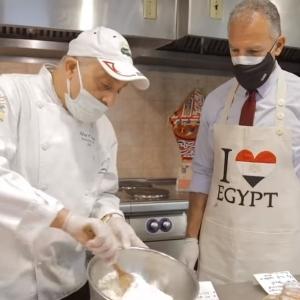 السفير الأمريكي في مصر يخبز «كحك العيد»: كل سنة وأنتم طيبين «فيديو»