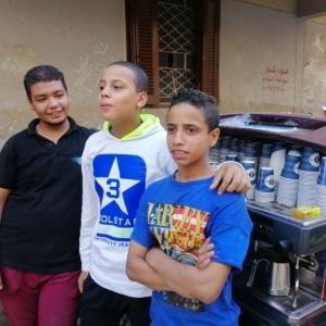 6 أطفال ببولاق يبيعون 1000 فنجان قهوة في يوم: الانتخابات رزقها كبير