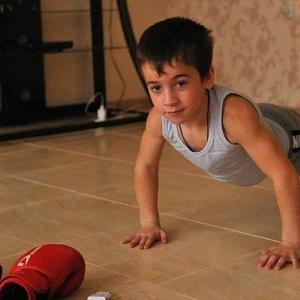 """""""شوارزنيجر الشيشان"""".. طفل يحطم رقما قياسيا عالميا في تمارين الضغط"""