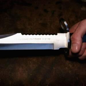 رجل يطعن زوجته بسكين في صدرها أثناء إرضاعها طفلها.. تعرف على السبب