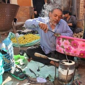 """""""عم إبراهيم"""" أسطى بلاستيك """"ملوش زي"""": يرجع الشبشب جديد بـ50 قرشا"""
