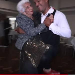بالفيديو والصور| مسنات يدفعن 50 دولارًا مقابل الرقص مع شاب