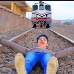حقيقة قيام شاب بالنوم على القضبان أثناء مرور القطار (فيديو)