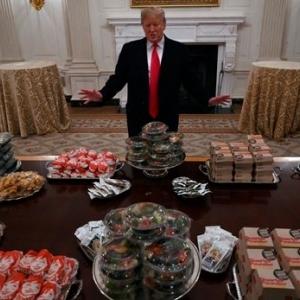 """""""الرئيس البخيل"""".. ترامب يعزم ضيوفه على """"تيك أواي"""": """"الطباخين أجازة"""""""
