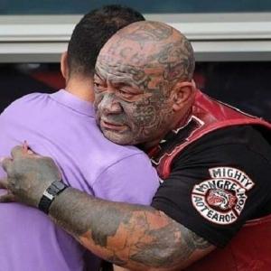 """""""عصابات الشوارع"""" في نيوزيلندا تحرس المساجد خلال صلاة الجمعة"""