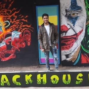"""""""محمد"""" يزين جدران الشوارع بالرسومات: """"عاوز أفرح الناس"""""""