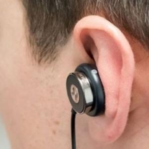 طبيب مخ وأعصاب يحذر من عادات خطيرة تؤثر على الدماغ والأذن