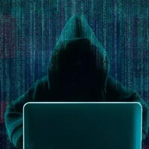 """حيل جديدة يتبعها """"الهاكرز"""" لاختراق حسابات فيس بوك وواتساب.. احذرها"""