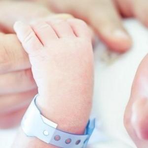 أصغر ضحايا كورونا.. وفاة رضيعة أمريكية عمرها يوم واحد