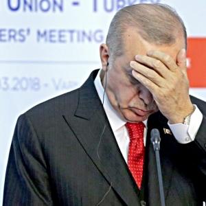 """صور.. """"الطيران المجهول"""" يقصف جبهة أردوغان على """"السوشيال ميديا"""""""