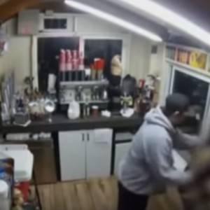 بالفيديو| شاب يقتحم مقهى بأمريكا ويختطف فتاة لاغتصابها