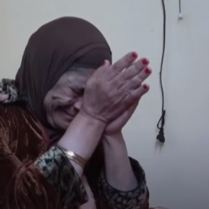 «أم» تشتاق لابنها الوحيد بعدما طردها: «نفسي أعيش معاه وأدفعله الإيجار»
