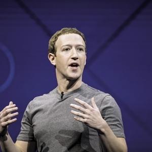 """رئيس """"فيسبوك"""" يوجه صفعة كبيرة لـ""""أبل"""" عن طريق """"أندرويد"""""""