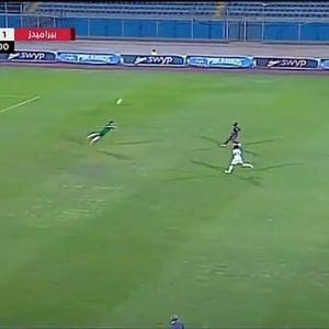 فيديو وصور.. حارس مرمى مصري يذهل العالم بإنقاذ رائع