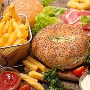 استشاري تغذية يحذر من تناول هذه الأطعمة.. تسبب أمراض القلب والسرطان