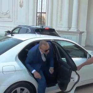أسطول سيارات وبودي جارد.. فيديو لـ