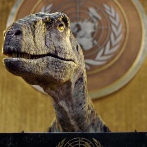 بصوت «جاك بلاك».. روبوت ديناصور يقتحم قاعة بالأمم المتحدة: «أنتم أمام كارثة»