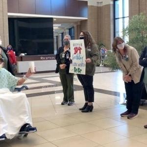 مسن أمريكي يحتفل بتعافيه من كورونا تزامنا مع عيد ميلاد الـ 104