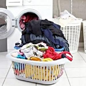 هذه العادة تنشر الفيروس.. نصائح عند غسل الملابس للوقاية من كورونا