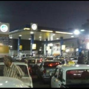 بعد خفض أسعار الوقود.. تحول المشهد أمام محطات البنزين ليلة الخميس