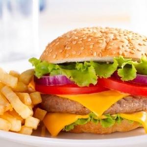 أخصائية تغذية تحذر من 8 أطعمة ومشروبات: ممنوع تناولها لمن تجاوز سن الـ50