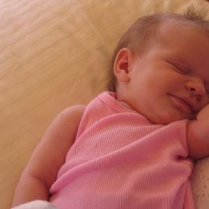 سر ابتسامة الأطفال عند نومهم.. ما علاقة الملائكة بذلك؟