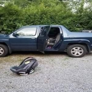 نسي طفلته في السيارة لساعات فتوفيت من شدة الحر
