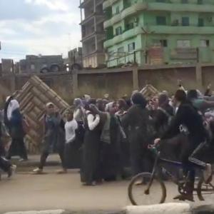 """احتجاج """"بعلو الصوت"""" لطالبات أشمون ضد """"التابلت"""".. والهتاف: """"سيستم فاشل"""""""