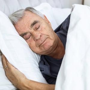 زيادة ساعات النوم تؤدي إلى الإصابة بمرض ألزهايمر.. فماذا عن نقصه؟