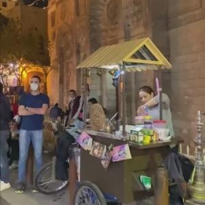 حكاية كاتبة روائية تتجول في شوارع القاهرة بدراجة: بتبيع شاي وقهوة
