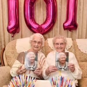 بالصور| أكبر توأم بريطاني تحتفلان بعيد ميلادهما الـ101