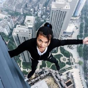 بالفيديو| سقوط متسلق من الطابق 62