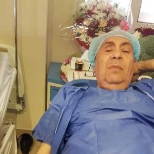 مبروك عطية داخل المستشفى قبل جراحة تهدد ببتر إصبعه «صور»