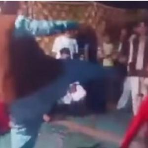 """فيديو.. راقصة تتعرض لـ""""ركلة"""" مؤلمة خلال عرس"""