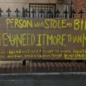 لافتة تحول حياة صاحبتها من البحث عن دراجتها المسروقة إلى نجمة ثرية