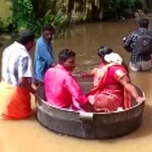 عروسان هنديان يصلان حفل زفافهما في «حلة طهي» بسبب الفيضانات (فيديو)