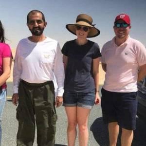 """صور  حاكم دبي ينقذ أسرة أوروبية """"عالقة"""" في الرمال بسيارته الخاصة"""