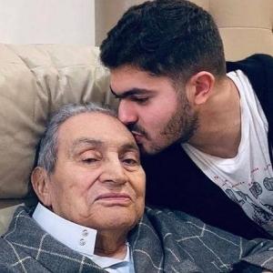"""""""حفيده يقبل رأسه"""".. آخر ظهور للرئيس الأسبق مبارك قبل وفاته"""