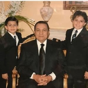 محمد الأقرب لقلبه وعمر رافقه حتى وفاته.. من هم أحفاد مبارك الأربعة؟