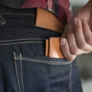 """توقف فورا عن وضع """"المحفظة"""" في الجيب الخلفي.. تهدد حياتك الصحية"""