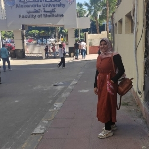 """صور.. استقبال """"بائعة الأحذية"""" بـ""""سيلفي"""" في طب إسكندرية: مش مصدقة نفسي"""