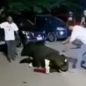 بالسكاكين والشوم.. فيديو مأساوي لعجل تعرض لوصلة تعذيب في مدينة نصر