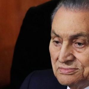 يوم حزين للمشاهير.. بدايته شائعة رحيل مبارك ونهايته 5 وفيات
