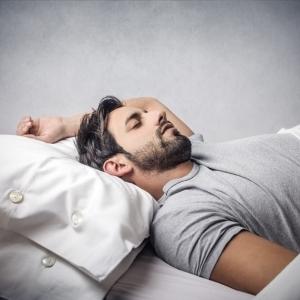 طبيبة: من يمسكون بهواتفهم ليلًا عند النوم مصابون بمرض نفسي