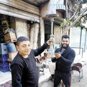 صاحب مقهى يكرم عامل شيشة: بيرص الحجر بطريقة مظبوطة